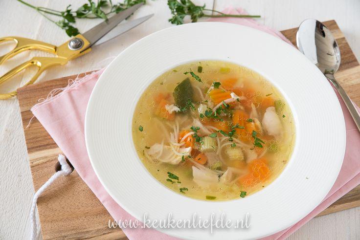 Een eenvoudig basisrecept dat bij niemand mag ontbreken in zijn of haar kookrepertoire: zelfgemaakte kippensoep!