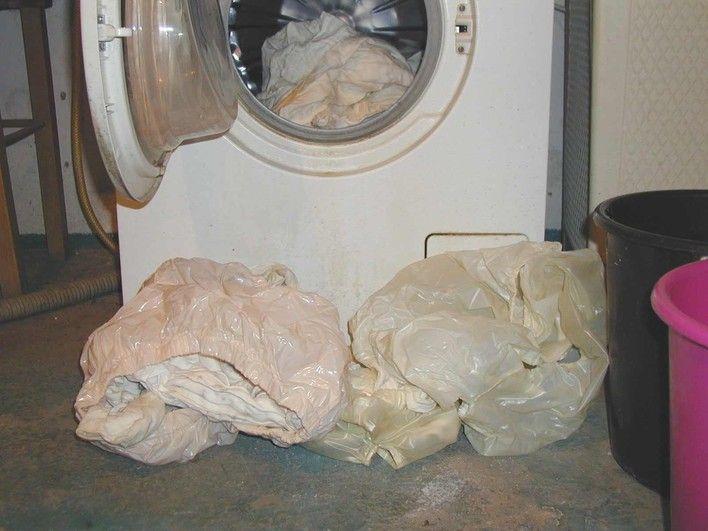 Ich mache alle schmutzige Gummihose zum Waschmaschine auf 60°C aber ohne Weichspüler nur kurz spülen!