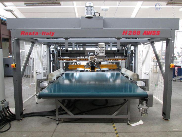 L'imballatrice automatica modello Resta H288 AWSS è una macchina progettata per imbustare materassi scegliendo il tipo di imballo.