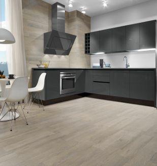 carrelage effet parquet taupe posé dans une cuisine moderne laquée grise. Carrelage en vente chez nivault.com, série Amazonia