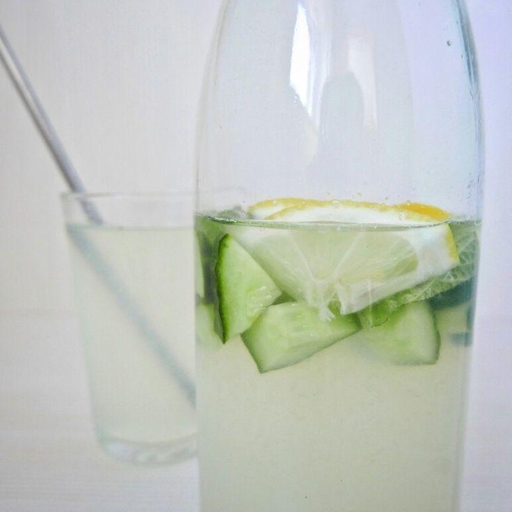 Un bon moyen de se rafraîchir/s'hydrater naturellement en été: presser un citron et mélanger le jus avec de l'eau fraîche. Y faire infuser une tranche de citron et des cubes de concombre. A déguster bien frais.