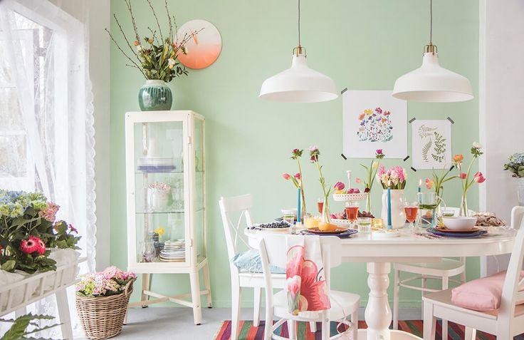 Met een mooi gedekte tafel zit je er op je paasbest bij | IKEA IKEAnl IKEAnederland inspiratie wooninspiratie interieur wooninterieur keuken feest party pasen weekend landelijk koken eten drinken familie kleurrijk vrolijk servies ontbijt FABRIKÖR vitrinekast INGOLF stoel SPRALLIS wandklok IDOLF stoel RANARP hanglamp tafel decoratie accessoires versiering