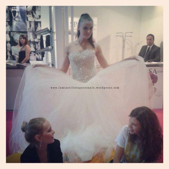 Si SposaItalia Collezioni 2014 - La modella in pausa si lascia fotografare dalla vostra Stilista personale http://lamiastilistapersonale.wordpress.com/2013/08/08/i-trend-e-le-curiosita-visti-per-voi-a-si-sposa-italia-collezioni-2014/