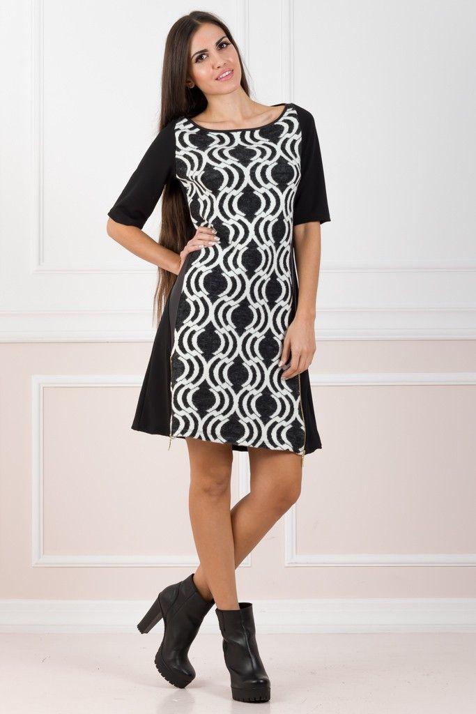 """Τα καθημερινά φορέματα είναι απαραίτητη προσθήκη στη χειμερινή μας γκαρνταρόμπα! Σχέδιο σε γραμμή """"Α"""" με μακριά μανίκια κι ελαστικό ύφασμα. Το πίσω μέρος είναι μονόχρωμο, ενώ μπροστά έχει εμπριμέ ασπρόμαυρο σχέδιο. Περιλαμβάνει στρογγυλή λαιμόκοψη και διακοσμητικά φερμουάρ και στις δύο πλευρές. Φορέστε το σαν φόρεμα ή συνδυάστε το με το αγαπημένο σας κολάν ! 95%POL-5%EL     ΤΟ ΜΟΝΤΕΛΟ ΦΟΡΑΕΙ:   HEIGHT: 1,76 BUST: 88 WAIST: 59 HIPS: 92 SIZE: S/M"""