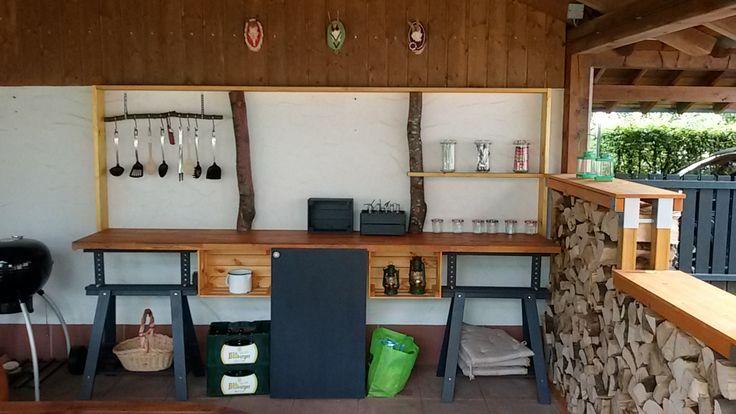 #Außenküche #Garten  2 Ikea Böcke, 4 Ikea Kisten, 1 Arbeitsplatte, 1 alter Kühlschrank mit Holzverkleidung, 2 Bretter und 2 Holzstücke