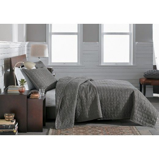 Wake up feeling calm and collected on the Vintage Washed Solid Quilt from Threshold This clean and minimalist quilt comes in an array of solid, vintage washes designed to complement most bedroom decor. Add a pair of matching pillow shams to make a complete bedding set.