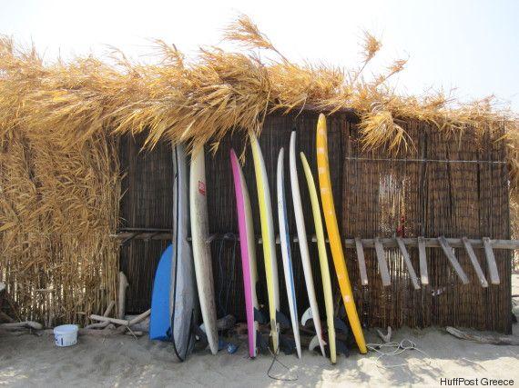 Tinos Surf Lessons: Ο Γιάννης Βιδάλης έφτιαξε στην Τήνο έναν μικρό παράδεισο για τους σέρφερ όλου του κόσμου