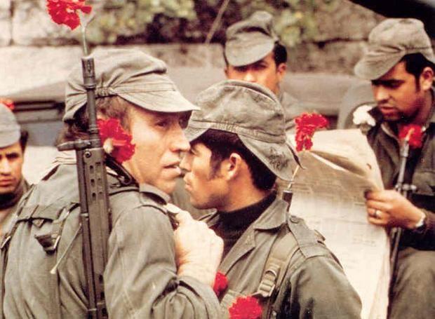 Η Επανάσταση των Γαρυφάλλων: Στρατιωτικό κίνημα αριστερών αξιωματικών στην Πορτογαλία, που οδήγησε στην κατάλυση της δικτατορίας και την επαναφορά της Δημοκρατίας, μετά 48 χρόνια.
