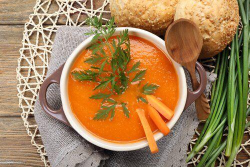 3 sopas quemagrasa que deberías incluir en tu dieta - Mejor con Salud