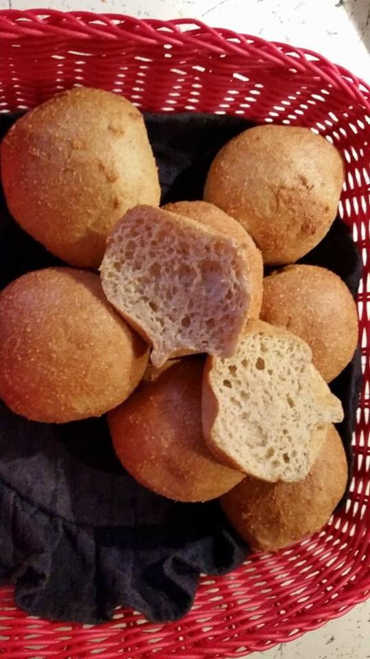 Lækre boller, der også kan bruges til kanelsnegle 1 1/2 dl pofiber 5 spsk fiberhusk 2 tsk bagepulver 1 tsk salt 4 hele æg 2 spsk æblecidereddike 2 1/2 dl kogende vand. Bland alle tørre ingredienser. Bland eddike i. Bland æggene godt sammen og bland i. Bland til sidst det kogende vand i. Lad det trække ca 5 min til dejen har sat sig. Form 6-8 boller. Bag dem ved 175 gr. i 50 minutter. Afkøles på rist. Lisa: de bliver lidt tunge, pas på med at ælte for meget.