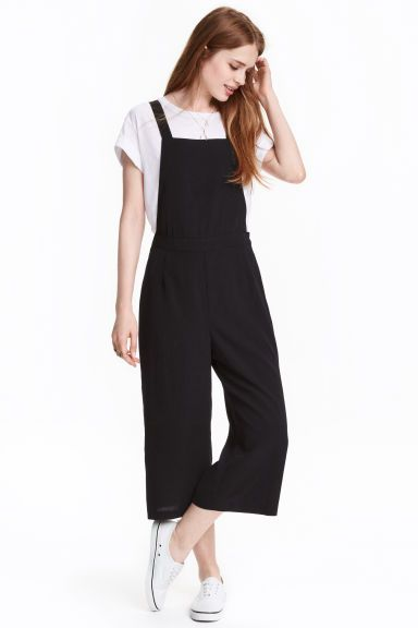 Pinafore culottes: 3/4-length pinafore culottes in an airy weave with straps that cross with a concealed fastening at the back, a concealed zip in the side and wide legs.