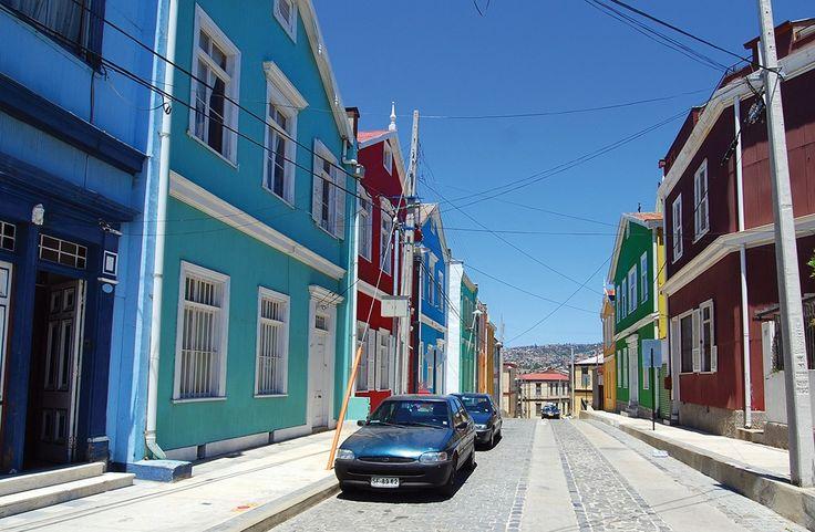 Si ya visitasteSantiago de Chile, y te aburriste de las compras, dos buenas opciones son las escapadas que muchos habitantes de la gran urbe suelen hacer. Valparaíso es un paraíso para los amantes del arte, con sus museos, tiendas de diseño, bares con onda y calles en subida y bajada llenas de color, sosteniendo casas …