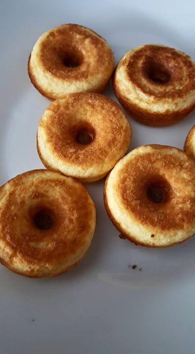 Deze donuts zijn zo lekker en kha. Bij mij kwam het op zo'n 0,5 kh per stuk. Recept: 85 gram roomkaas 35 gram amandelmeel 5 gram kokosmeel 1 theelepel bakpoeder 3 eieren Vanille extract  Zoetstof Alles bij elkaar gooien en in mijn geval in de donutmaker, maar kan natuurlijk ook in de poffertjespan (aangezien die kleiner zijn heb je er veel meer voor minder kh)  Als het beslag even gestaan heeft wordt hij dikker en dan kan je gewoon een beetje water toevoegen om hem weer wat vloeibaarder te…