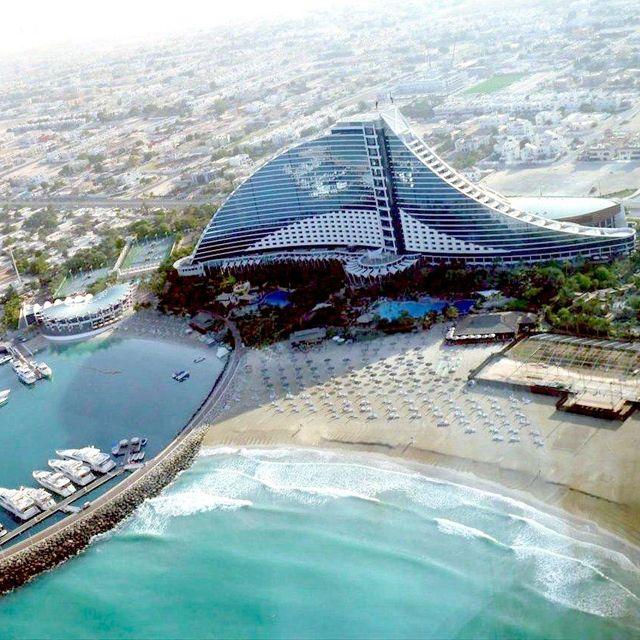Jumeirah Beach Hotel @ Dubai.. esse caminho no mar leva para um restaurante , cercado por um enorme aquario ...