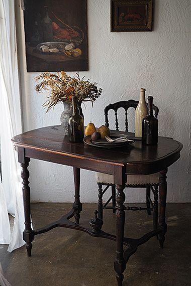 円熟の色、テーブル-antique french table 理屈ではなく只、好きなフォルム。遠巻きにして眺めるとその秀でた輪郭、特段に増す。多くは金属象嵌や黒いピアノ塗装でフィニッシュ、ナポレオン3世時代のラグジュアリーなテーブルと時は同じく、こちらは小傷がペイントの強弱を促している、もっと侘びた味わいのある印象。向かい合わせにお食事を、お二人用のダイニングテーブルとして最適な大きさ。天板接ぎに若干の隙間が御座います。
