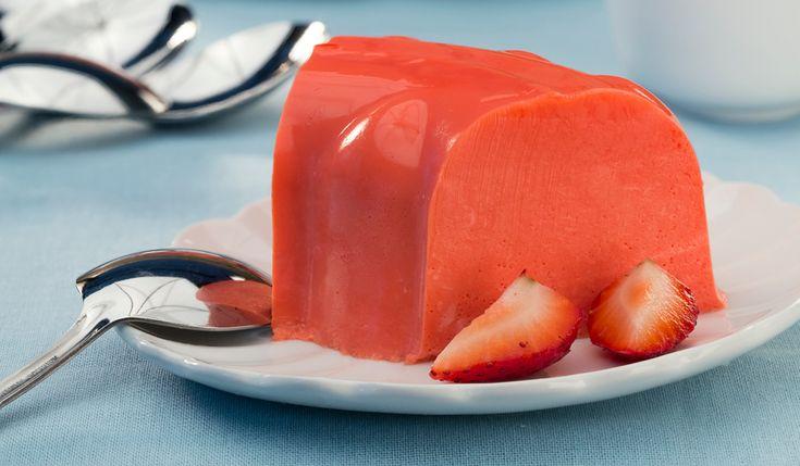 Prepara una deliciosa gelatina de fresa con un toque Philadelphia para disfrutar de un rico postre después de comer. ¡Tus platillos de ricos a deliciosos!