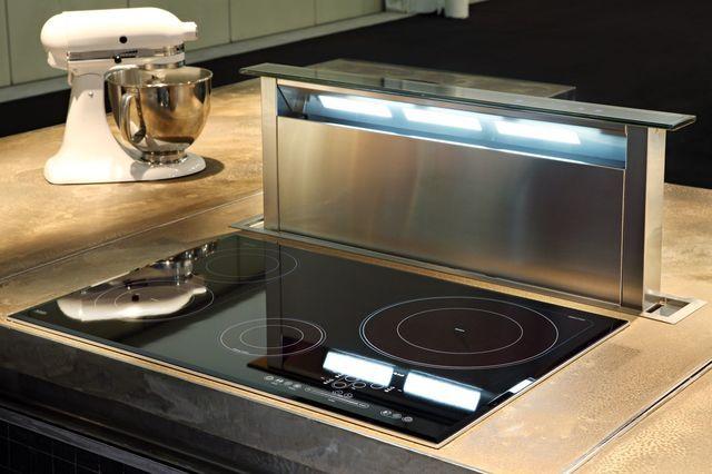 Hotte rétractable 90cm en acier inoxydable avec dessus en verre, avec son nouveau mécanisme d'aspiration périmétrale, 2 710 euros, Kitchenaid.