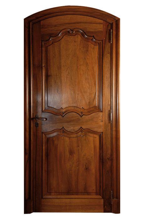 Porte modèle Tibériade cintrée. Porte cintrée avec habillage tableau, chambranles et contre-chambranles moulure de 95mm. Modèle présenté en Noyer de France.