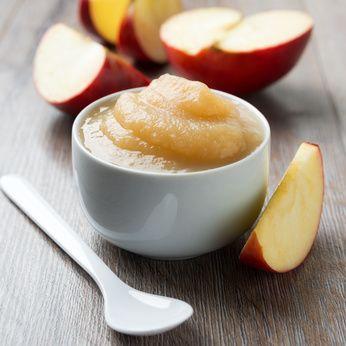 Compote crue ou smoothie gourmand. 1 banane ou 1 mangue. 2 pommes. 1/2 c. à c. de cannelle en poudre. jus d'un demi-citron. 12 noix de cajou trempés. 10 cl lait végétal pour la version smoothie. Facultatif : 1/2 c. à c. de spiruline en poudre
