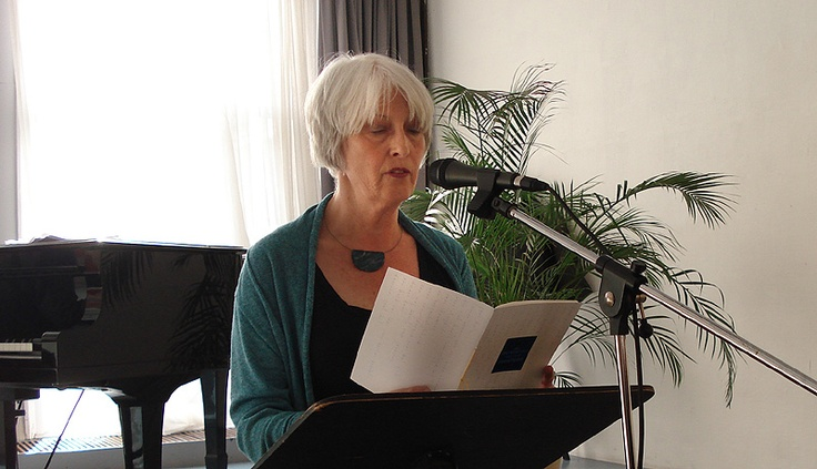 Mariet Lems draagt voor uit 'het boekje'