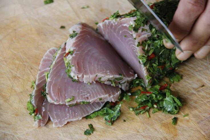 Met dit heerlijke recept voor tonijn in grapefruitsap van Jamie Oliver zet je een heerlijk visgerecht op tafel.