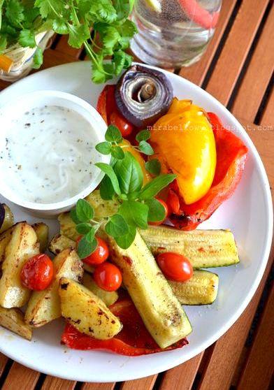 Talerz pieczonych warzyw z sosem jogurtowym