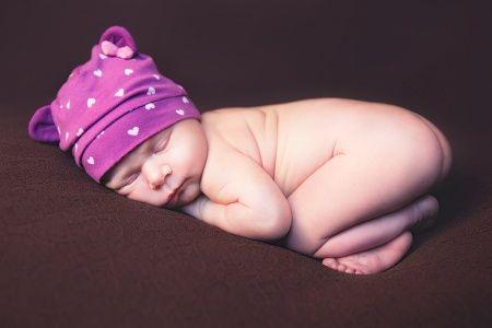 Новорожденный малыш в милой позе