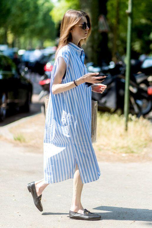 ショップディレクター兼バイヤーのパスカリン・スメッツは、大ヒット中の「バレンシアガ」2017リゾートコレクションから、サックスブルーのストライプ柄ドレスをチョイス。大ぶりのサングラスと「グッチ」のローフ...