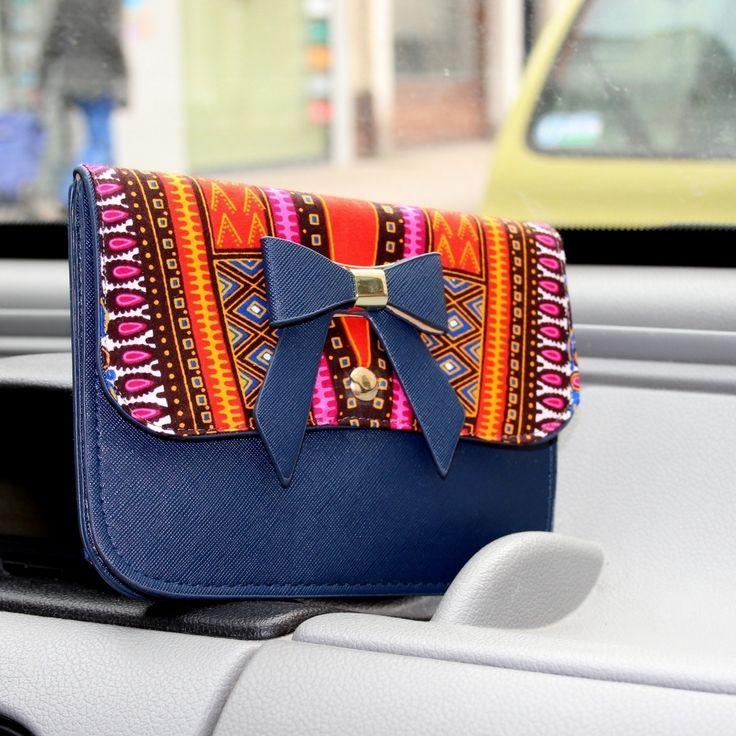 Sac bandoulière en similicuir et wax multicolore par Laure-art pour Afrikrea. https://www.afrikrea.com/article/le-sac-dashk-sacs-a-bandouliere-multicolore-wax/VXXA5BB?utm_content=bufferb65cf&utm_medium=social&utm_source=pinterest.com&utm_campaign=buffer