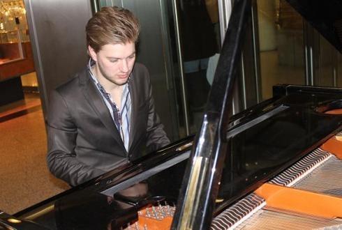 Via ThomasVerheul.nl kan u een solo pianist huren voor muziek op uw feest, jubileum, bruiloft, receptie, huwelijk en bedrijfsfeest. Onze pianisten zijn te boeken voor elke gelegenheid waar een pianist voor wordt gezocht of gevraagd.    Alle muziekstijlen zijn mogelijk: jazz, blues, pop, achtergrondmuziek, bossa nova, en zelf licht klassiek!    Wilt u een pianist inhuren voor bij uw trouwen, ceremonie, evenement, trouwfeest, personeelsfeest en huwelijksfeest? www.thomasverheul.nl