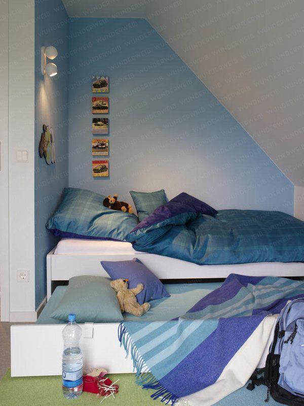 """Die blaue Nische ist der ideale Rückzugsort, um ungestört """"abzuhängen"""". Noch besser: Möchte ein Freund über Nacht bleiben, wird der Bettkasten mit der Matratze hervorgezogen."""