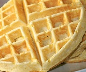 Ricetta Waffel: ecco come si prepara la ricetta per fare i waffel o Waffle, tipici dolci a cialda morbidi all'interno e croccanti all'esterno. Conosciuti anche con il nome di Gaufre si ritiene che la ricetta originale sia nata in Grecia anche se le versioni più conosciute riguardano quelle del Belgio come la cialda di Liegi …