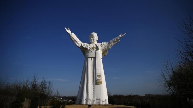 Statue du pape Jean-Paul II, à Czestochowa, dans le sud de la Pologne, le 2 avril 2014.