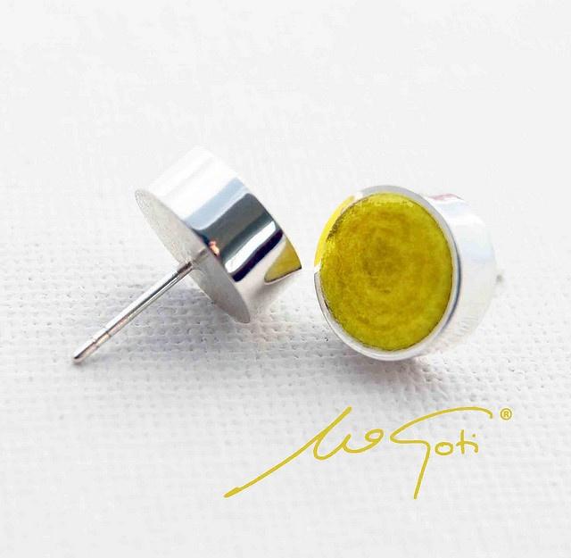 Pendientes realizados totalmente a mano en Plata pulida de 925 milésimas y Fieltro amarillo.
