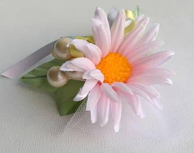 可愛いアートフラワー・造花のデージーのお花を使用したコサージュです。微妙に艶のあるパールボールとソフトチュールと質感の良い明るめの葉...