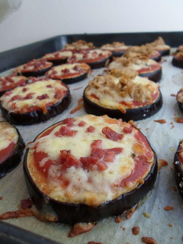 Köstliche Auberginen Pizza mit Tomaten, Mozzarella und Schinkenwürfel! Mit diesem Low Carb Rezept kannst du Mini Pizzen ganz einfach selber machen.