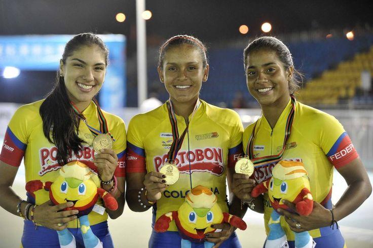 Kertinck Sarmiento, María Fernanda Barros y Daniela Mendoza, campeonas mundiales de patinaje en 3000 metros relevos juveniles, el 13 de septiembre en China.