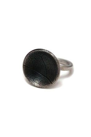 Prsten Otisk je autorský šperk Radky Hlaváčkové, ručně vyrobený ze stříbra do něhož je obtisknut list posvátného stromu fíkovníku posvátného.