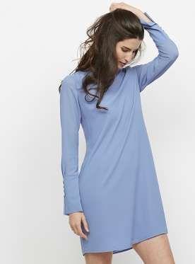 Vestido azul de manga larga con puños anchos y botones de nácar (Precio: 73,95 euros). - MujerHoy