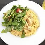 Dinnertime! Creamy Kip Cajun pasta (alles in één pan bereid!) met simpele rucola/tomaat/parmezaan salade. #soononline