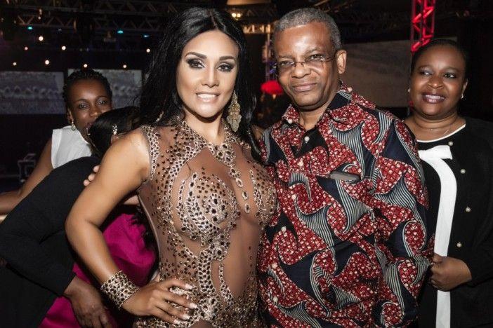 """Carmen Mouro coroada oficialmente 'Rainha de  Bateria da Pérola Negra"""" no Brasil http://angorussia.com/entretenimento/fama/carmen-mouro-coroada-oficialmente-rainha-de-bateria-da-perola-negra-no-brasil/"""