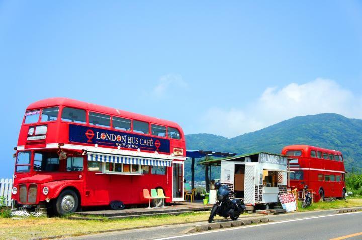 ロンドンバスがカフェに! 美しい白砂のビーチが見渡せる、福岡・糸島の海辺カフェ|ことりっぷ