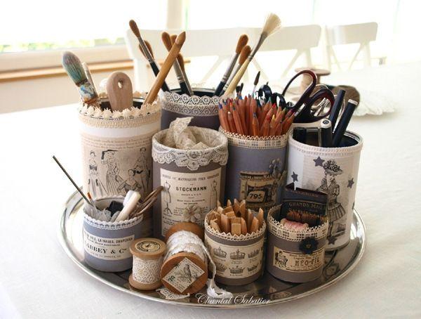 Quelques boîtes en métal, des chutes de papier peint, des images anciennes, des dentelles .. et...un...plateau de rangement pour crayons. pinceaux et accessoires. (Boîtes à crayons, creations de Chantal Sabatier)