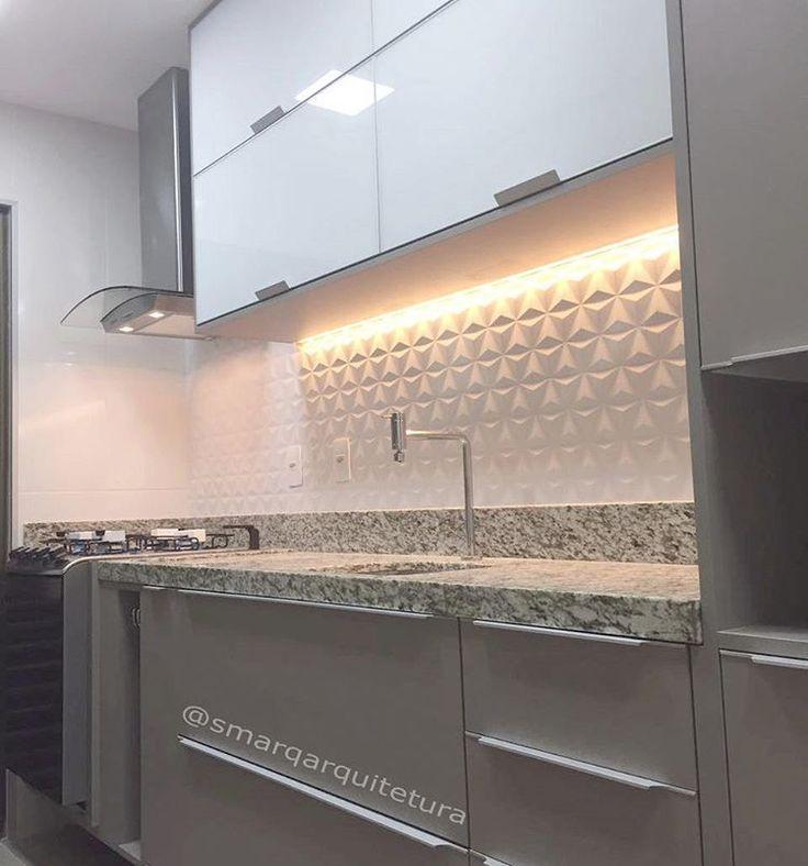 A cozinha também é um espaço para ousar. Neste projeto, utilizamos a Fita de LED embutida no armário superior, gerando um efeito conhecido como iluminação indireta, que não ilumina todo o ambiente, mas é utilizado para destacar algum elemento do projeto. Nesse caso, a iluminação destaca as formas geométricas do revestimento 3D, tornando o ambiente mais atrativo e sofisticado. Fita de LED e Revestimento 3D, é uma combinação que dá muito certo! (@smarqarquitetura) •