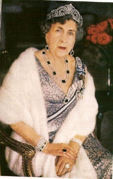 La Reina Victoria Eugenia (Ena) de España, con la Tiara Cartier montada con esmeraldas y brillantes, y sin la perla superior.