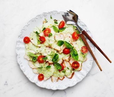 En härligt god kycklingrätt som dessutom passar ypperligt att servera som buffé under bjudningar. Stek och marinera kycklingfiléer i en marinad av honung och örtkryddor och servera med en grön sås av basilikablad och bladpersilja.