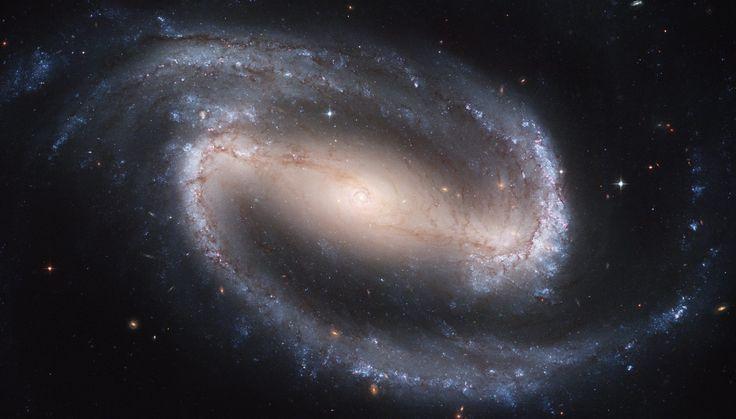 Esta galaxia es NGC 1300, es una galaxia espiral barrada (igual que la Vía Láctea), localizada a 70 millones de años-luz de distancia. Sin embargo, a diferencia de la nuestra, no tiene un agujero negro central. #astronomia #ciencia