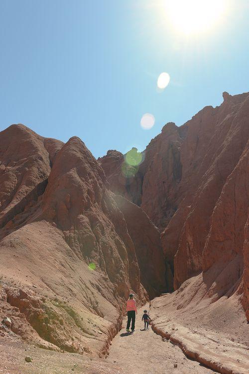 Atacamasssa olosuhteet ovat haastavat. Käytin sekä shortseja että villapipoa. Vuoristossa UV-indeksi on tunnetusti huipussaan, mutta autiomaassa auringolle ei ole mitään luonnollista suojaa. Ei ole pilviä, ei metsiä.   http://www.exploras.net/matkablogi/11122015-2