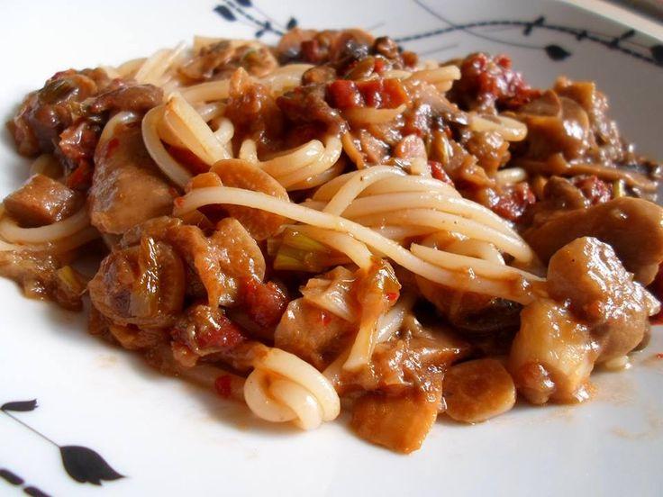 Kytičkový den - špagety s omáčkou z pečeného lilku - pokrač. Na oleji osmažíme na kolečka nakrájené 2 zelené cibulky. Přidáme na plátky nakrájené žampiony, několik nakrájených stroužků česneku a 4 kusy na kousky nakrájených sušených rajčat v oleji. Přidáme cca 1 lžičku sojové omáčky a čili papričku podle chuti. Osolíme, opepříme, lilek vydlabeme, rozmělníme vidličkou a přidáme do směsi. ještě chvilinku restujeme, pak smícháme s bezvaječnými těstovinami.