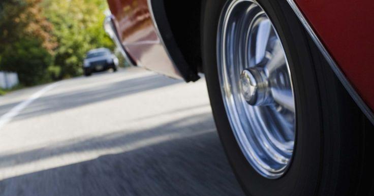 Dificultad para extraer una rueda después de quitar las tuercas . Las ruedas de un auto o un camión son componentes importantes que también a menudo se dan por hechas. Normalmente, no tienen que retirarse y muy a menudo simplemente se suelen limpiar, se verifica la presión adecuada de los neumáticos y luego se las olvida. Por la posición del montaje de la rueda cerca de la carretera, la suciedad puede quedar ...